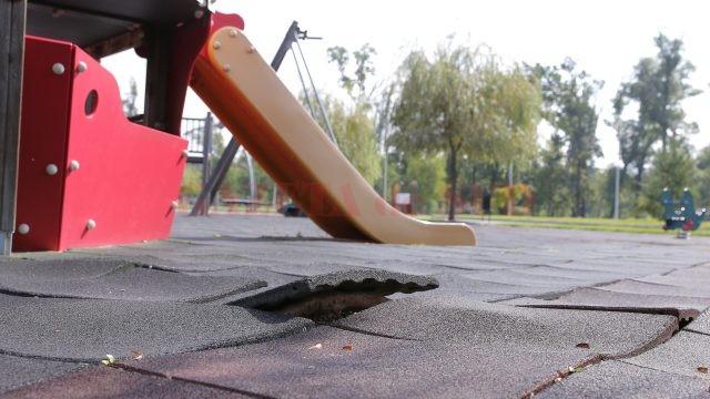 La locul de joacă din Parcul Tineretului, tartanul a început să se ridice, din cauza rădăcinilor copacilor de aici