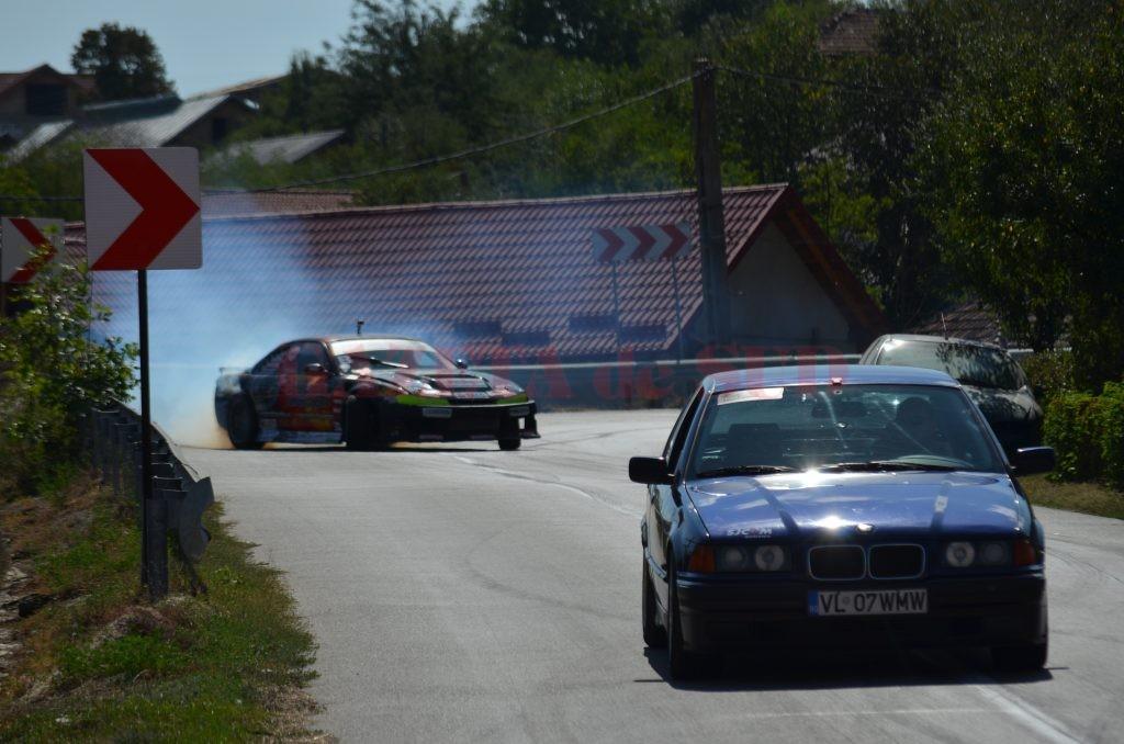 """Cursa de duminică a fost """"condimentată"""" de apariția a patru mașini de drift (Foto: Bogdan Grosu)"""
