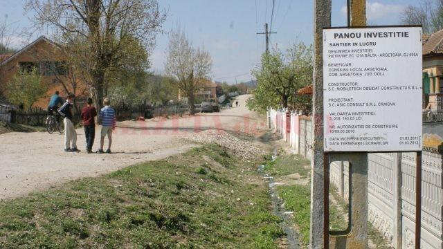 Procurorii din Filiași au stabilit că edilul Beznă a făcut mai multe plăți nelegale cu ocazia pietruirii drumului Bâlta-Argetoaia (Foto: Arhiva GdS)