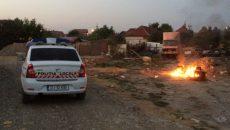Romii care locuiesc în cartierul Popoveni ard cabluri sau diverse componente auto pentru a obține metalul din ele (FOTO: cititor GdS)