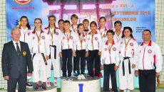 Medaliații clubului Washi, alături de antrenorul Daniel Antici (dreapta) și Liviu Crișan (președintele Federației Române de Karate WKC)