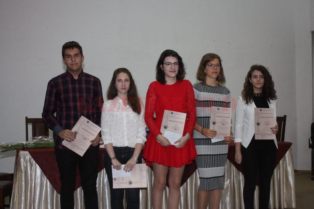 Cei cinci elevi din județul Dolj care au promovat examenele naționale şi bacul cu media zece au fost premiați ieri  (Foto: Carmen Rusan)