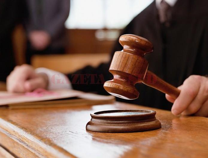 judecator-ciocan-justitie