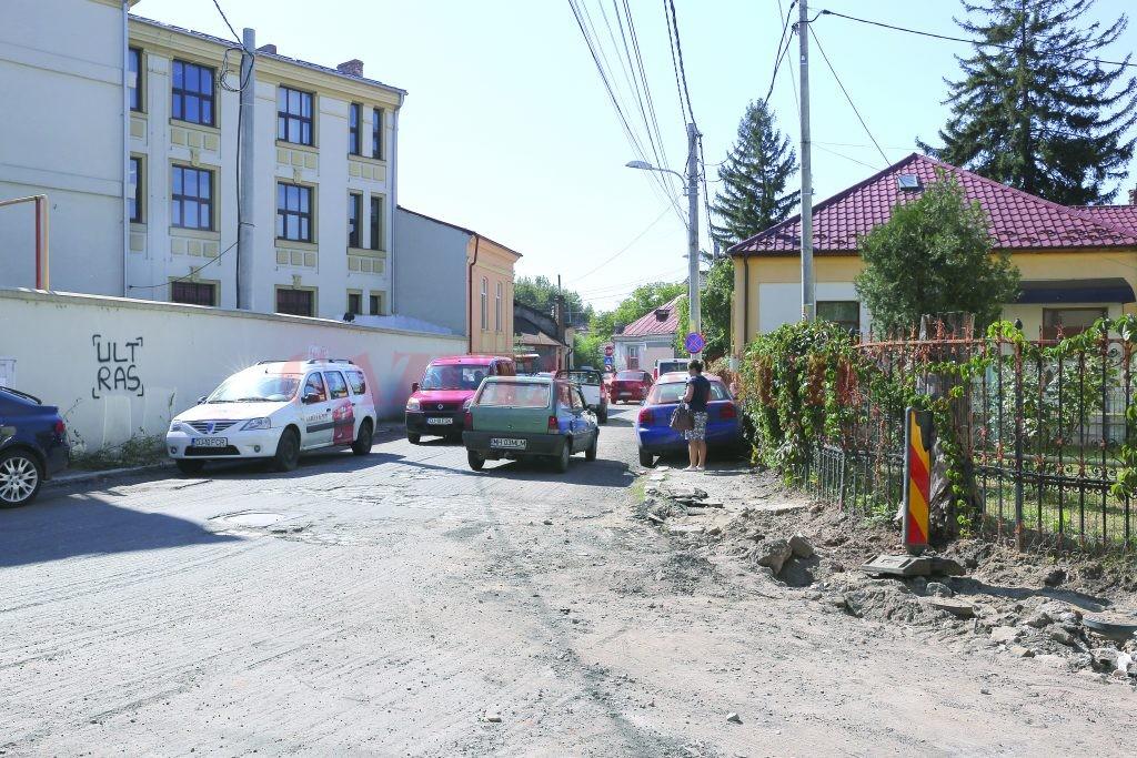 Un capăt al străzii Dumbrăveni a fost decopertat în urmă cu câteva săptămâni, însă asfaltul se lasă așteptat