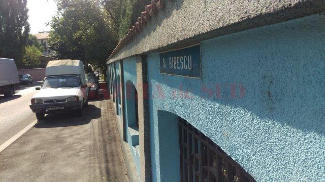Mașini parcate pe trotuar, pe strada Bibescu