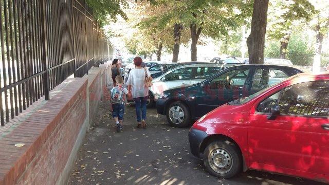 Mașinile care blochează trotuarele din jurul școlilor îi determină pe copii și pe părinți să circule pe partea carosabilă