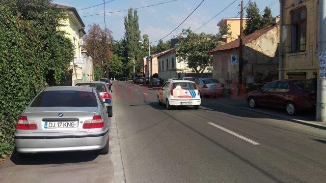 Mașini parcate pe trotuar, pe strada Brândușa