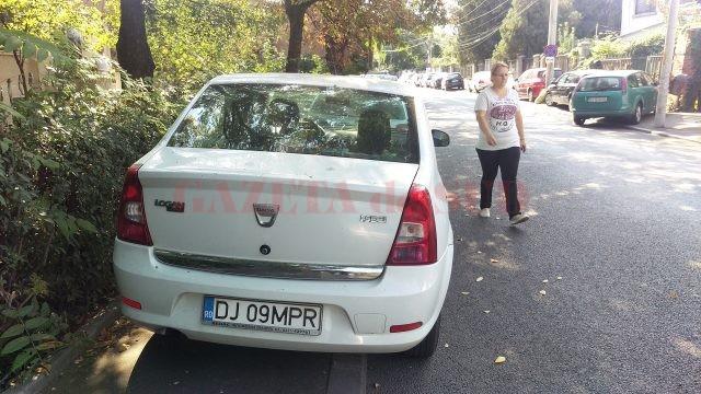 Unele mașini parcate pe trotuar fac imposibilă circulația pietonilor