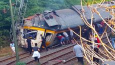 mg_breaking_derailed_train02