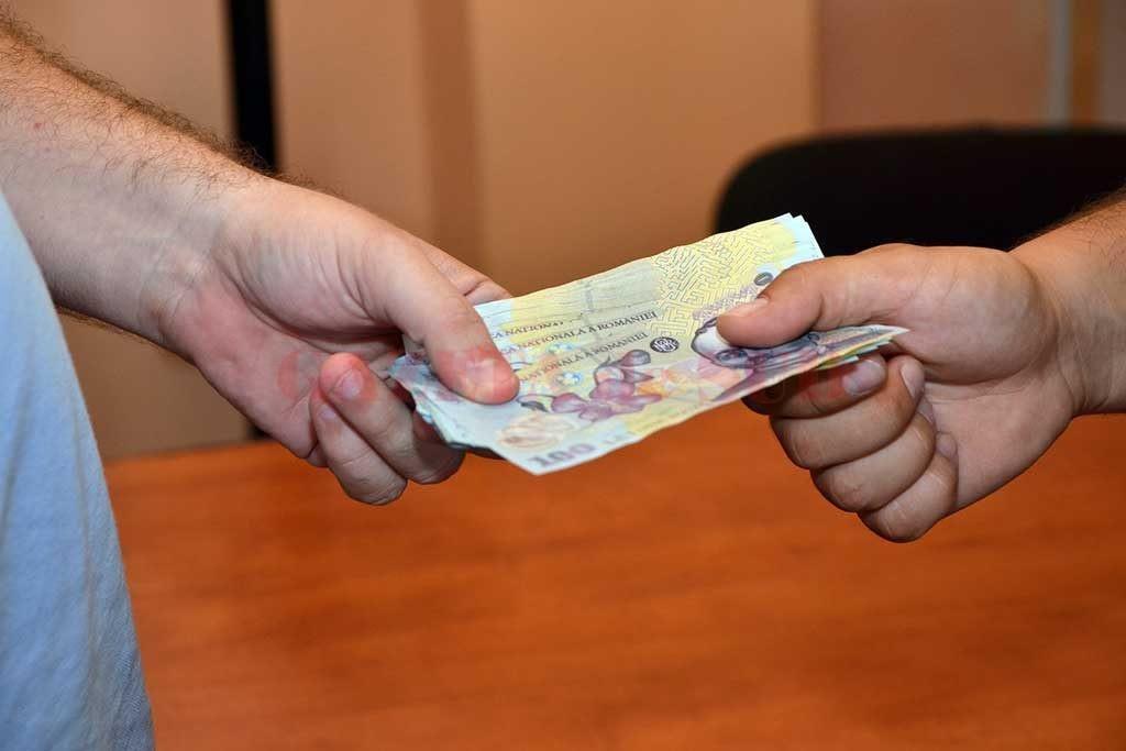 """Anchetatorii au stabilit că agentul Constantin a luat mită pentru a """"aranja"""" un dosar penal"""