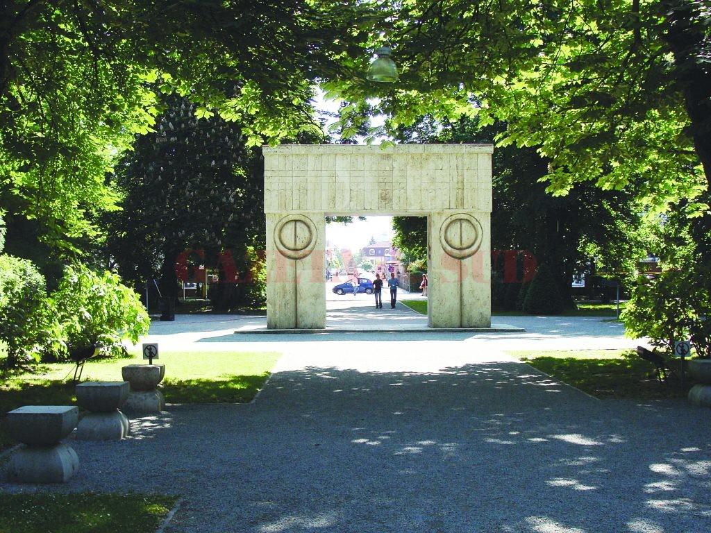 parcul central  poarta sarutului 039