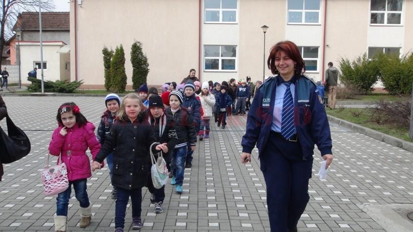 politisti-scoala-elevi