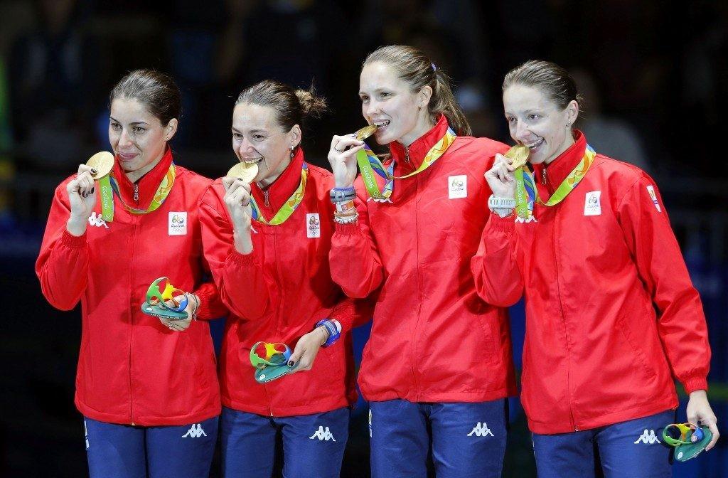 Campioanele olimpice ies în stradă să promoveze scrima. Loredana Dinu (stânga) va fi prezentă în oraşul natal, Craiova.
