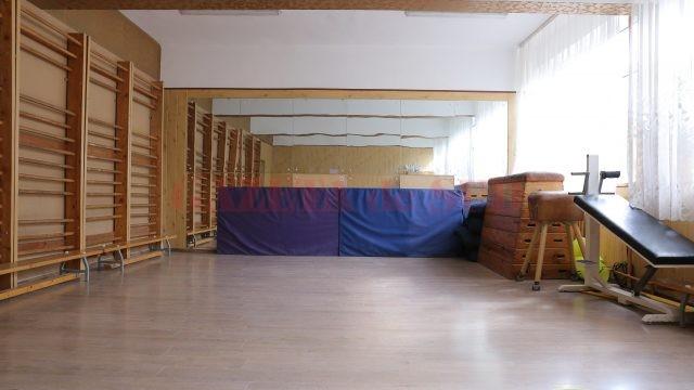 """Sala de sport, improvizată într-o fostă clasă, la Școala gimnazială """"Mihai Eminescu"""" din Craiova"""