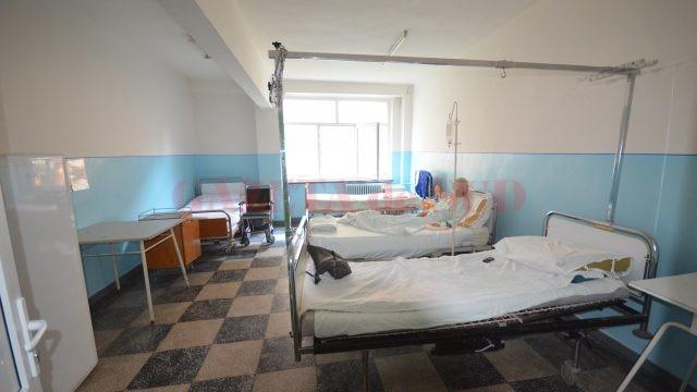 Unul dintre saloanele Secției de Chirurgie care așteaptă să fie renovat