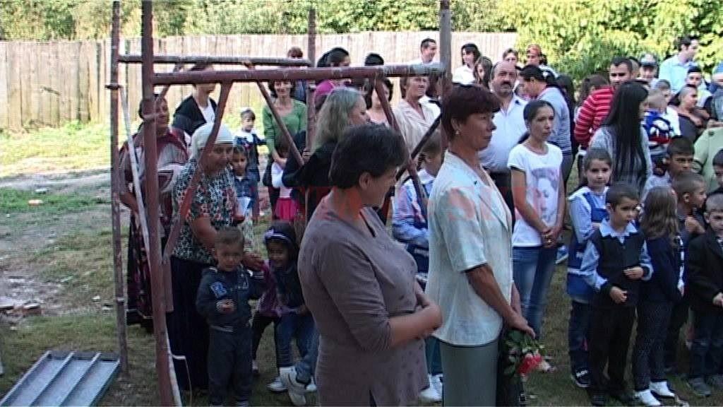 Părinţii şi-au dus copiii la şcoală printre schele (Foto: captură video)