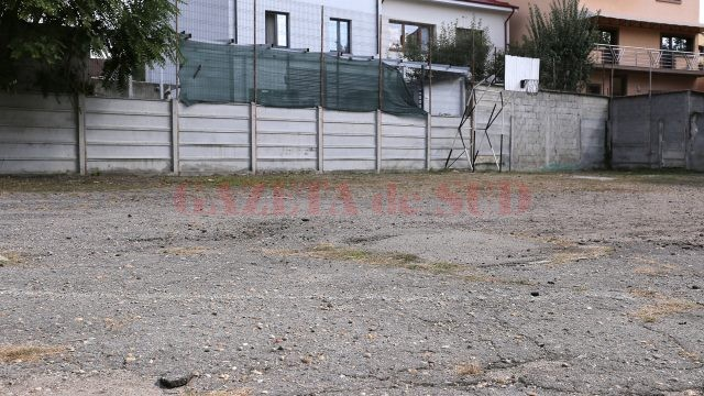 """Școala gimnazială """"Decebal"""" din Craiova are o parte din baza sportivă distrusă (Foto: Lucian Anghel)"""