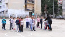 """Școala gimnazială """"Mihai Eminescu"""", o unitate de învățământ din Craiova  care a reamenajat baza sportivă din curtea şcolii (Foto: Lucian Anghel)"""