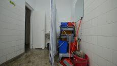 La Spitalul CF Craiova nu există nici o încăpere separată pentru realizarea clismelor. Acesta este spațiul amenajat în băi pentru pacienții care au nevoie de clismă (Foto: Bogdan Grosu)
