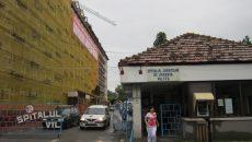 Spitalul de Urgență din Vâlcea a primit cele mai multe amenzi din Oltenia, pentru nerespectarea legislației privind achizițiile publice. Din totalul amenzilor de 160.000 de lei, unitatea sanitară a plătit 80.000 de lei, dar a contestat întreaga sumă în instanță.