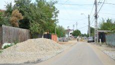 Asfaltarea pe strada Parângului a fost sistată din cauza lucrărilor la conductele de gaze (Foto: Bogdan Grosu)