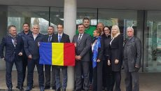 Mihai Covaliu (cu tricolorul în mână) și-a depus candidatura la șefia COSR, însoțit de mai mulți conducători din sportul românesc