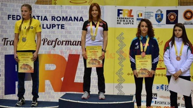 Daniela Vârban (stânga) a urcat pe treapta a doua a podiumului