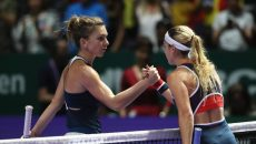 Accidentată la genunchi, Simona Halep (stânga) a fost învinsă în două seturi de Cibulkova (Foto: DigiSport)