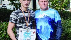 Mihai Anghel, medaliat cu argint, alături de antrenorul său, Ion Dragomir (Foto: Alexandru Vîrtosu)
