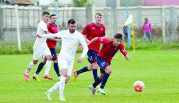 Dănuţ Stancu (în alb) şi colegii săi au început bine meciul cu Roşiori şi l-au terminat prost (Foto: Alexandru Vîrtosu)