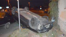 În accident au fost implicate trei maşini, iar una dintre acestea s-a răsturnat