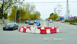 Giratoriul din zona depozitului Arabesque din Craiova s-a deplasat spre strada Caracal,  iar forma lui nu mai este rotundă (Foto: Bogdan Grosu)