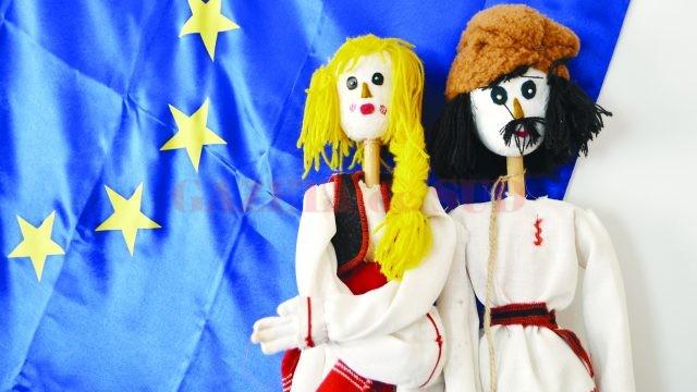 """Păpuşi făcute de elevi, cu sprijinul angajaţilor de la Teatrul """"Colibri"""" din Craiova (Foto: Bogdan Grosu)"""