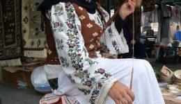 Îmbrăcată într-o ie veche de peste 100 de ani, Maria Gibu transformă părul de capră în material de ţesut (Foto: Bogdan Grosu)