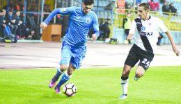 Andrei Ivan (la minge) şi colegii săi s-au întors cu un punct de la Mediaş (Foto: csuc.ro)