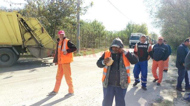 Operatorul Depozitului Ecologic de la Mofleni, locul unde este adus tot gunoiul menajer din Craiova și județul Dolj, a început să restricționeze accesul autogunoierelor în incintă, iar zeci de salariaţi ai Salubrităţii au aşteptat la poarta depozitului