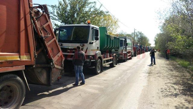 Zeci de maşini ale Salubrităţii au aşteptat o zi întreagă la poarta depozitului de la Mofleni pentru a descărca gunoiul