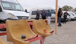 Multe dintre scaunele amplasate lângă peroanele Autogării de Nord sunt rupte, iar oamenii lasă mizerie