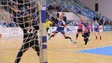 Cristina Zamfir (la minge) a făcut din nou un meci bun în tricoul Craiovei (foto: Lucian Anghel)