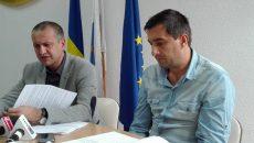 Cosmin Popescu, preşedintele CJ Gorj (stânga) şi Cornel Cimpoeru, şeful Serviciului Drumuri din cadrul CJ Gorj