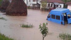 Inundaţiile au afectat drumuri, podeţe şi poduri