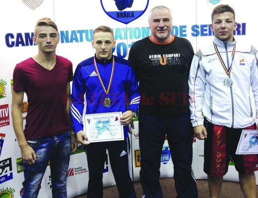 Antrenorul Constantin Cucu a deplasat trei sportivi la Campionatul Naţional rezervat  seniorilor. Irinel Olaru (dreapta) a cucerit medalie de argint, Darius Stănică (al doilea din stânga) a obţinut medalie de bronz, iar Bogdan Marinaş (stânga) a fost învins în primul meci