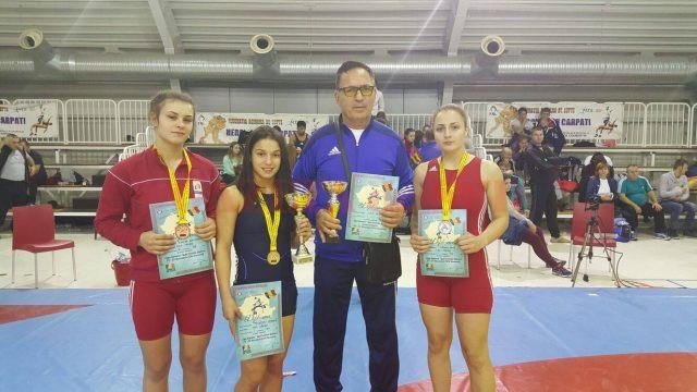 Antrenorul Petre Banciu, alături de cele trei medaliate de la CSM Craiova