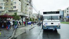 La Piaţa Centrală, alveola era liberă, dar şoferul autobuzului 2b a preferat să staţioneze în stradă (Foto: Bogdan Grosu)