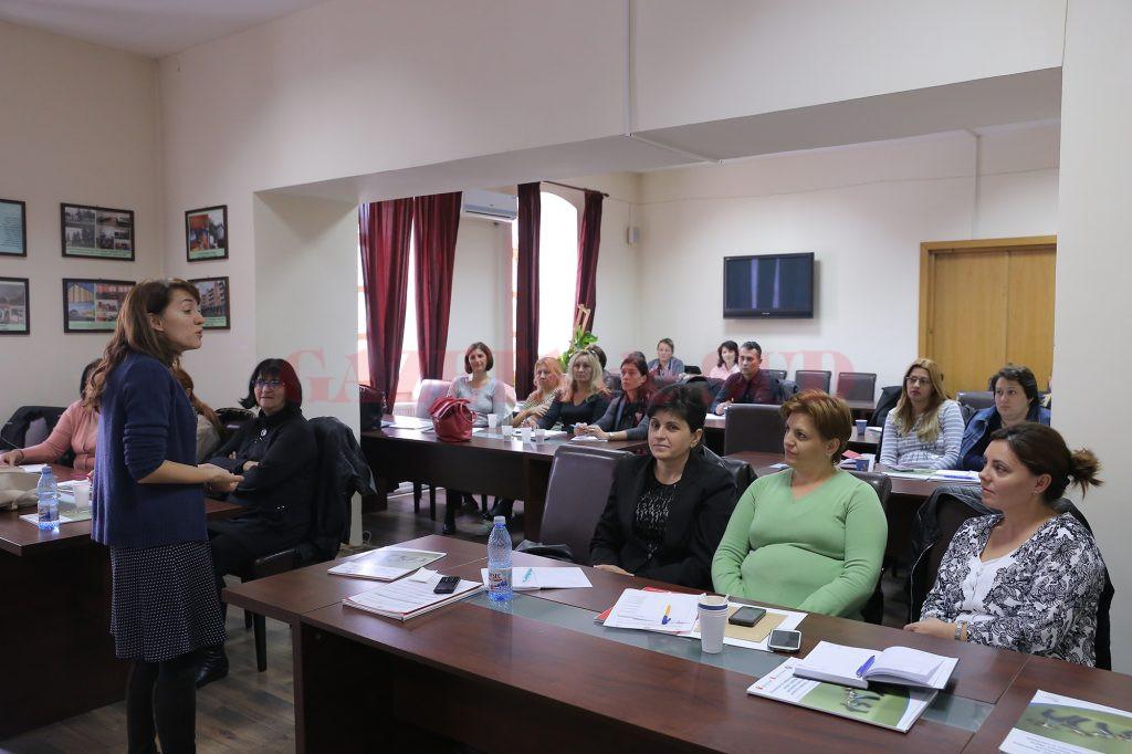 100 de specialişti din Dolj din domeniile protecţia copilului, educaţie şi sănătate au urmat cursuri de formare pentru prevenirea fenomenului violenţei (Foto: Lucian Anghel)