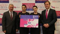 Preşedintele CJ Dolj, Ion Prioteasa (stânga), şi Johan Eidhagen, Chief Marketing Officer Wizz Air, prezentând noile rute Wizz Air
