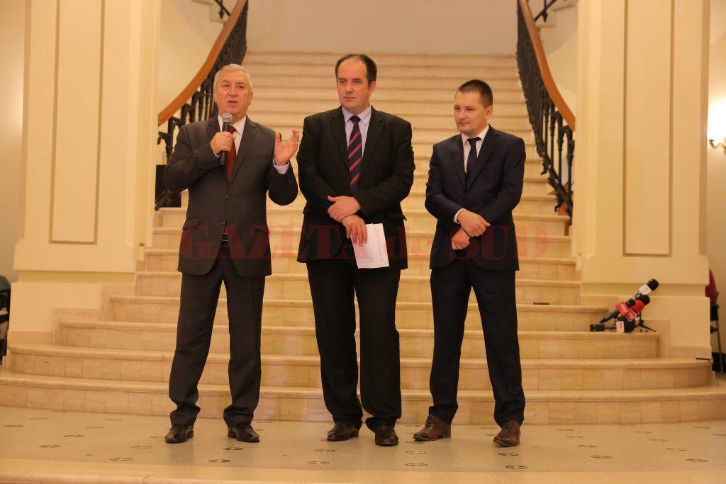 Preşedintele CJ Dolj, Ion Prioteasa, directorul Muzeului Olteniei, Florin Ridiche, şi Cosmin Vasile, vicepreşedintele CJ Dolj