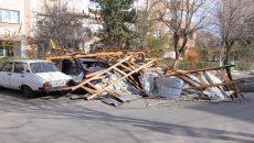 Trei maşini au fost serios avariate, după ce un acoperiş s-a prăbuşit peste ele (Foto: Claudiu Tudor)