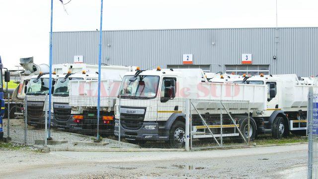 O parte dintre vehiculele pentru compactarea, colectarea și transportul deșeurilor menajere achiziționate de CJ Dolj stau de aproape trei ani în curtea EVW Holding de la Cârcea (Foto: Lucian Anghel)