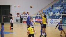 Oleg Stulenkov (la minge) și colegii săi au învins Ploieștiul în minumum de seturi (foto: Claudiu Tudor)
